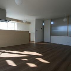 改装/改修/リフォーム/木調/重量鉄骨住宅 三階世帯のリビングです。左手が厨房で、右…