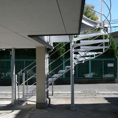 屋外階段/鉄骨階段/二世帯住宅 既存バルコニーの端部に設けた屋外階段で…