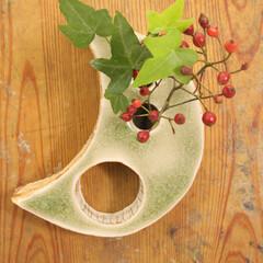 花器/フラワーベース/flower-base/一輪挿し/緑/月/... 三日月型の一輪挿し。 ハンキング例。