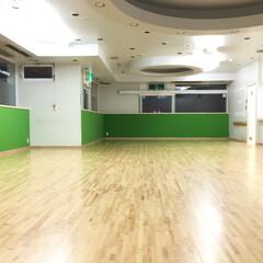 床/フローリング/屋内運動場/体育館/パンチカーペット/床材/... もともとコンクリート床にタイルカーペット…