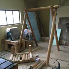 ブランコ/丸太/大工/ウッドデッキ/外構/エクステリア/... 丸太を使って大工さんがブランコを製作中で…