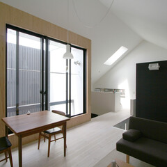 建築/住まい/建築デザイン/注文住宅/シンプル住宅 中庭に大きな窓をとったリビング G-n1