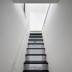 建築/住まい/建築デザイン/シンプル住宅/注文住宅 2階リビングへの階段  OUCHI-21…(1枚目)