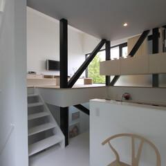 建築/住まい/建築デザイン/シンプル住宅/注文住宅 スキップフロアのダイニングからリビングを…