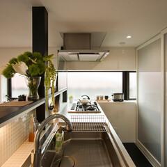 建築/住まい/建築デザイン/シンプル住宅/ハコノオウチ/狭小住宅 出窓を生かしたキッチン 背面は引き戸で閉…