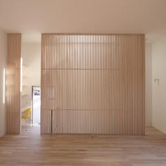 建築/住まい/建築デザイン/注文住宅/シンプル住宅 2階リビング 階段との仕切のルーバー壁 …(1枚目)