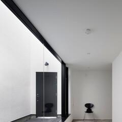 建築/住まい/建築デザイン/シンプル住宅/注文住宅 1階の趣味室は玄関中庭を見渡せます OU…