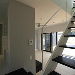 建築/住まい/建築デザイン/シンプル住宅/注文住宅 リビングの壁の裏側に広大な収納棚 OUC…