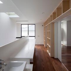 建築/住まい/建築デザイン/シンプル住宅/ハコノオウチ 階段室に面した子供3人のための勉強コーナ…