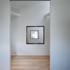 建築/住まい/建築デザイン/シンプル住宅/注文住宅 子供室から吹抜越しに寝室の内窓を見てます…