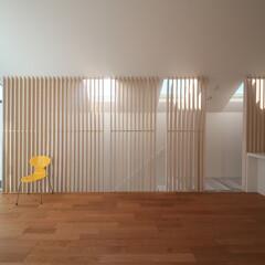 建築/住まい/建築デザイン/注文住宅/シンプル住宅 2階リビングと階段室の仕切は木ルーバー …