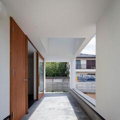 建築/住まい/建築デザイン/シンプル住宅/注文住宅 玄関ドア前のポーチ 庭への開口の天端はベ…(1枚目)