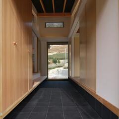 玄関/通り土間/土間/接客空間 『本住宅には家の中央に土間が設けられてい…