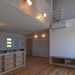 吹抜け 2階の子供部屋の壁にはシナ合板を用いるこ…