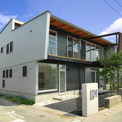 兼用住宅/工房/庭・ガーデニングリフォーム/ウッドデッキ/吹抜け シルバーとメタリックグレイのガルバリウム…