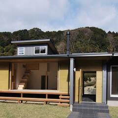 平屋/土間/通り土間/ウッドデッキ/薪ストーブ/建築/... 茶畑に囲まれた自然環境に建つ住宅です 通…(1枚目)