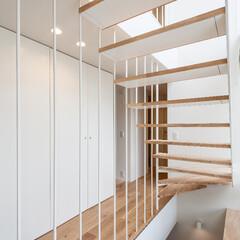 階段/シースルー/白い壁/フローリング/鉄骨階段 シースルー階段を玄関ホールから観る。
