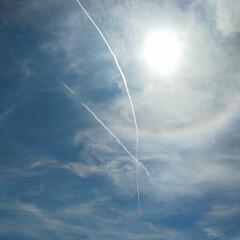 虹/太陽/サマーブルー/ひこうき雲/夏空/ブルー 見上げた空には飛行機雲がクロス。 太陽の…