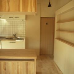 自然素材、木/漆喰 ダイニングからキッチンをみる。奥の扉は洗…