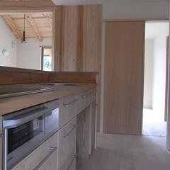 自然素材/伝統工法 LDK キッチンとダイニングリビングはゆ…