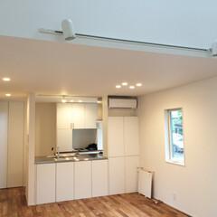 湘南スタイル/米杉/チーク材/無垢材/藤沢/鎌倉 LDKで床はチーク材、造作キッチン