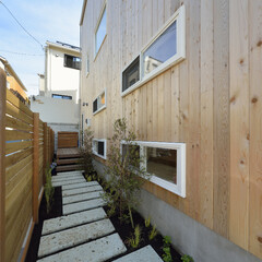 湘南スタイル/米杉/レッドシダー/無垢材/素敵なお家/木のお家/... 勝手口までのアプローチ外構。外壁も木フェ…