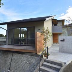 湘南スタイル/米杉/レッドシダー/モルタル/横浜市青葉区/設計事務所/... 外壁をモルタル仕上げ、デッキ、外構統一さ…