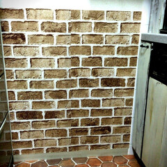 キッチン壁紙/キッチン/セリア/リメイクシート/簡単DIY/レンガ柄 初めてわが家のキッチンコンロ横の壁を、簡…