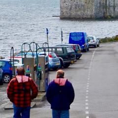 スコットランド/旅の思い出/城/お城/海/おでかけ バラ島キシムル城見学のお客を運ぶ渡守のお…
