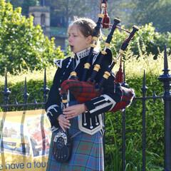 スコットランド/旅の思い出/バグパイプ/おでかけ エディンバラの流しのお姉さんバグパイパー