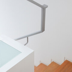 階段手摺 ミッドセンチュリーテイスト 居間がテラス…