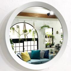 ラウンドミラー/LIMIAインテリア部/雑貨/暮らし/住まい/イケア IKEAのラウンドミラーにうつる窓際の景…