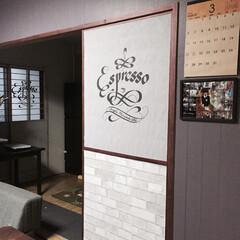 ウォールステッカー/ウォールデコ/カリグラフィ/ノスタルジック/カフェ/リメイク お部屋の引き戸をウォールステッカーと壁紙…