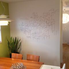 スペイン/カサレス/北欧インテリア/ウォールステッカー/ウォールデコ 真っ白な壁にラインだけで描かれたウォール…