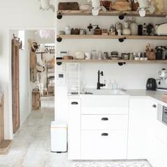 IKEAbキッチン/ほとんどDIY/リゾートインテリア/空間デザイン/boho 玄関入口から、キッチンの眺め。 白を貴重…