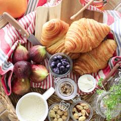 おうちカフェ/お家カフェ/クロワッサン/フランスパン/ピクニック/グルメ/... 家の近くの焼きたてパン屋さんで買ってきた…