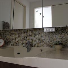 雑貨だいすき/洗面化粧台/タイル/植物/フラワーアレンジメント/時計/... ♯雑貨だいすき  我が家の洗面です。 お…