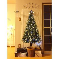 クリスマスツリー/ツリータペストリー ツリータペストリーに飾りつけし、ダミーの…