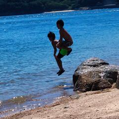 夏休み/海/家族/おでかけ 岩の上から海に向かって兄弟でジャーンプ‼️