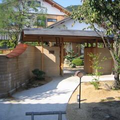 版築/門/たたき 版築の塀を作り、瀟洒な冠木門を設けて、た…
