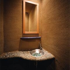 土/シーガラス/うどんすきの鍋 土塗の壁の櫛引 シーガラスのカウンター …