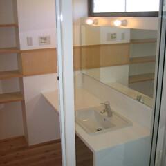 開放的/ガラス戸 姫路「白浜の家」 洗面所をガラス戸で仕切…
