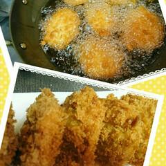 ヒレカツ/夕飯/おうちごはん 夕飯のヒレカツ丼のカツを揚げて盛り付け💦…