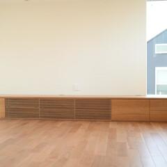 オーダー家具/注文家具/テレビボード/ルーバー ワイド4200ミリ。無垢材の扉は木目の流…