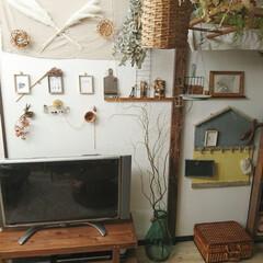 壁面インテリア/ドライフラワー/かごのある暮らし/くらし/DIY/雑貨 この空間で、好きなドラマの鑑賞会をしてい…