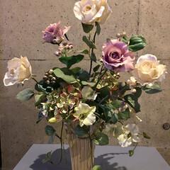 フェイクフラワーアレンジメント/プレゼント🎁/インテリア プレゼントして頂いたものです。 薔薇と紫…