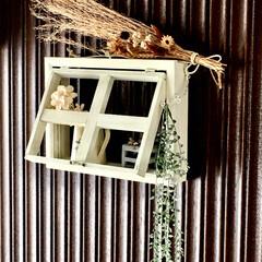 DIY/雑貨/100均/インテリア/玄関/窓枠/... maiさんのおうちに可愛く飾ってある窓枠…