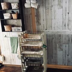 洗面所/リメイクシート/スノコ/DIY/セリア/アイアン 我が家の洗面台後ろの場所です。 自作棚二…