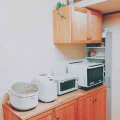 オーブンレンジ/トースター/バン焼き器/炊飯ジャー/食器棚/パントリー/... 食器棚の上には、よく使う家電を。 白で統…