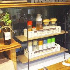 3coins/ダイソー/調味料入れ 3coinsの飾り棚に、 ダイソーの木箱…